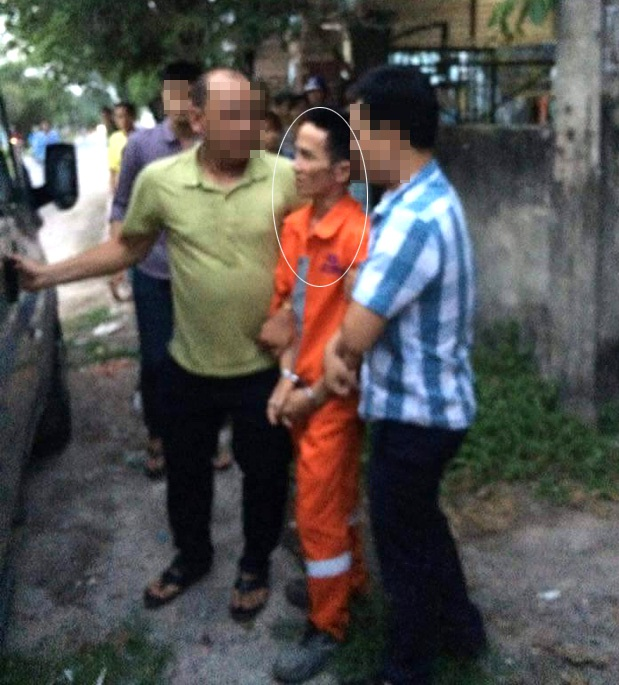 Đối tượng Huỳnh Ngọc Phương (vòng tròn trắng) bị bắt tại nơi làm việc và bị di lý về Công an tỉnh Đồng Nai phục vụ công tác điều tra.
