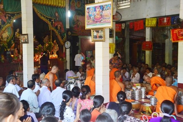 Nghi thức đón năm mới với việc dâng cơm cho các vị sư sãi ở chùa.