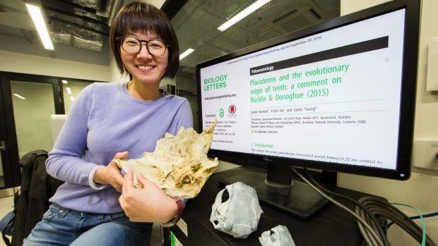 Nghiên cứu sinh Yuzhi Hu và mô hình 3D của hóa thạch cá được tạo ra sau khi hoàn thành việc chụp cắt lớp.