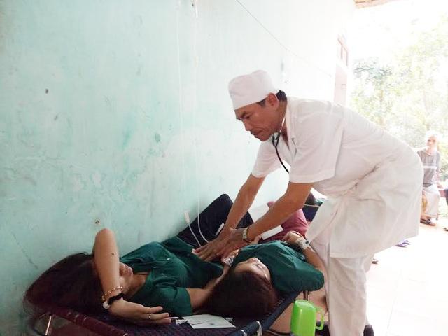 Các công nhân được đưa đến cơ sở y tế với các triệu chứng của ngộ độc thực phẩm (Ảnh: Nguyễn Duy)