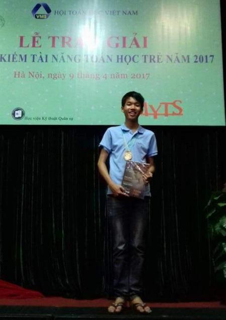 """Ngô Nam Khánh nhận huy chương vàng tại kì thi """"Tìm kiếm tài năng toán học trẻ 2017 do Hội Toán học Việt Nam tổ chức."""