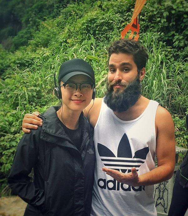 Ngô Thanh Vân và đạo diễn Robert chụp ảnh với nhau ở Ninh Bình khi nam đạo diễn đi tiền trạm cảnh quay. Ảnh: NTV.
