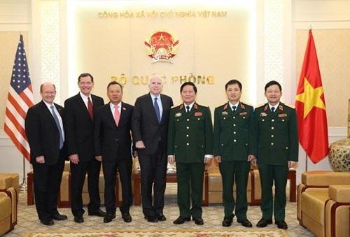 Đại tướng Ngô Xuân Lịch với các đại biểu đoàn Ủy ban Quân lực Thượng viện Hoa Kỳ.