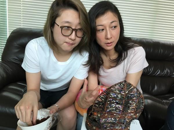 Hai mẹ con Ngô Ỷ Lợi và Ngô Trác Lâm chuyển tới sống tại Bắc Kinh, Trung Quốc từ nhiều năm nay vì không muốn bị làm phiền. Nhưng từ năm ngoái, hai người quyết định quay về Hồng Kông.