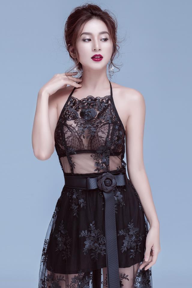 Cô cũng là gương mặt chụp hình look book quen thuộc cho nhiều shop thời trang ở Hà Nội.