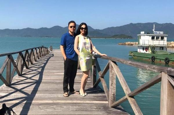 Diễn viên Đinh Ngọc Diệp và ông xã Victor Vũ trong kỳ nghỉ nhân dịp một năm ngày cưới tại vịnh Ninh Vân. Cô viết: Một năm nhanh thiệt, cảm ơn người bạn đời làm cuộc sống em ý nghĩa nhiều hơn.