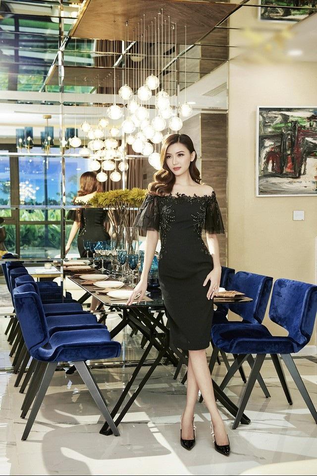 Nữ hoàng sắc đẹp toàn cầu Ngọc Duyên đã khoe vóc dáng trong căn hộ có giá trị 1 triệu đô la ở một tòa nhà cao cấp tại Hà Nội.