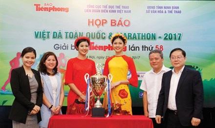 Hoa hậu Việt Nam 2010 Ngọc Hân (thứ ba từ trái sang) và Á hậu 1 Thanh Tú (thứ ba từ phải sang) tham gia buổi họp báo giải Việt dã toàn quốc, ảnh: Tiền Phong
