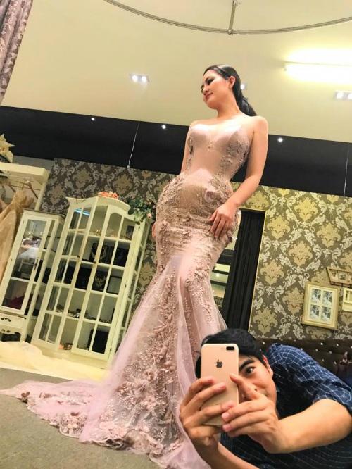 Khi diễn viên Ngọc Lan chụp ảnh thử váy cưới, diễn viên Thanh Bình nhiệt tình nằm rạp xuống sàn để chụp ảnh có tâm cho bà xã.