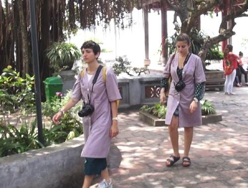 Đền Ngọc Sơn - Hà Nội cho du khách mượn áo choàng khi vào tham quan di tích. Ảnh: TL.