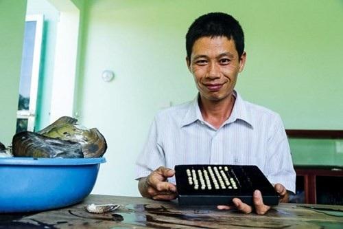 Ông Đinh Văn Việt và sản phẩm ngọc trai nước ngọt. Ảnh Lê Loan