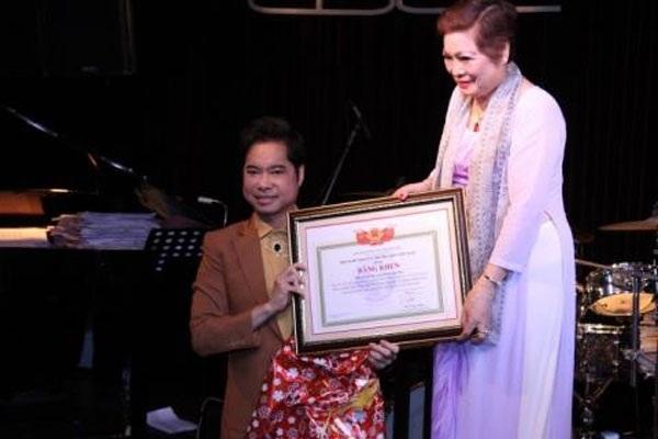 Hình ảnh Ngọc Sơn tặng mẹ bằng khen có ghi danh xưng Giáo sư âm nhạc lan truyền trên mạng.