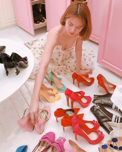 Ngọc Trinh giản dị với trang phục tại nhà nhưng không ngại khoe bộ sưu tập giày hàng hiệu sang trọng.