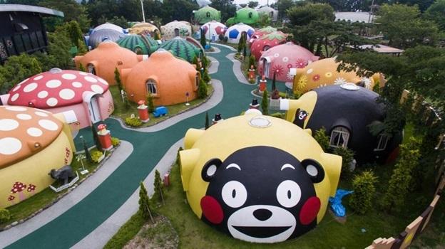 Những ngôi nhà hình mái vòm kỳ lạ ở Aso Farm Land, Nhật Bản có thể chịu được động đất.