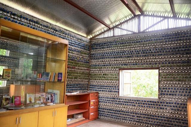 Chỉ cách trung tâm Hà Nội khoảng 10km, ngôi nhà nhỏ nằm trong khuôn viên của một nông trại hữu cơ được xây dựng từ tháng 6/2015 với 8800 vỏ chai nhựa tái chế, là một trong những mô hình nhà tái chế đầu tiên ở Việt Nam. (Ảnh: Trọng Trinh)