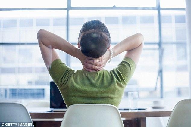"""Ngồi hơn 10 tiếng mỗi ngày khiến """"tuổi sinh học"""" của phụ nữ tăng thêm 8 năm."""