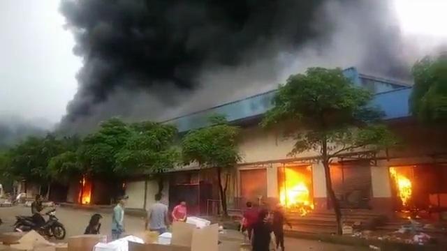 Ngọn lửa bùng cháy rất nhanh khiến gần như toàn bộ hàng hóa trong chợ bị thiêu rụi hoàn toàn