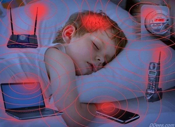 Điện thoại di động truyền tin bằng tín hiệu radio tần số thấp, có thể khiến chúng ta tiếp xúc với bức xạ, đặc biệt khi tải hoặc gửi các file có dung lượng lớn.