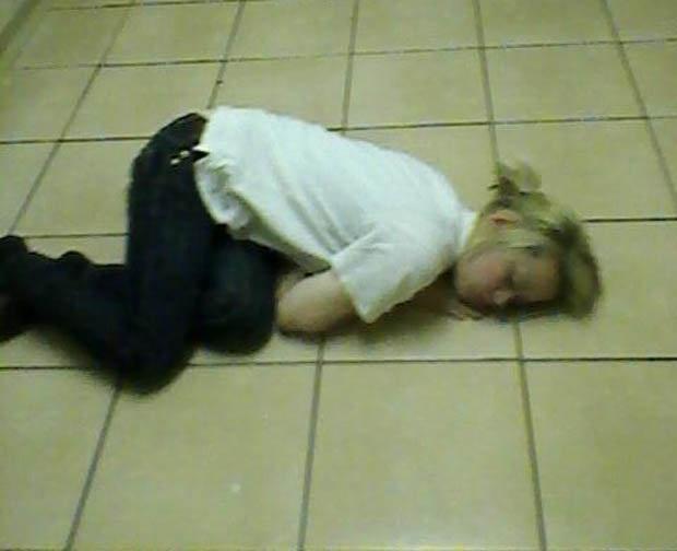 Một tiếng cười vui vẻ sẽ khiến cô ngã xuống sàn nhà trong đống rác