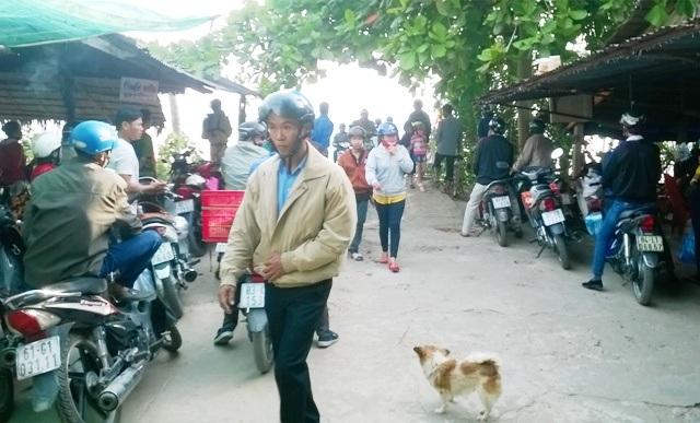 Người dân chờ phà qua sông giữa Sóc Trăng và Trà Vinh.