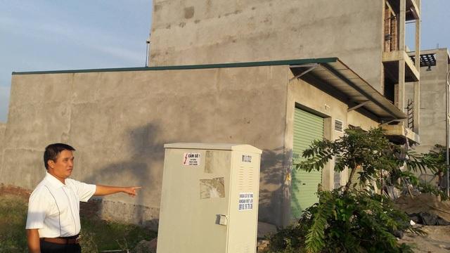 Bốt điện nằm ngay cạnh nhà nhưng người dân tại Khu tái định cư Ninh Hiệp vẫn không có điện sinh hoạt (!?)
