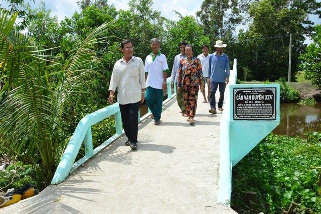 Người dân xã Tân Long vui mừng khi có cầu mới đi lại, được xây nên từ nhóm nông dân sáng xây cầu, chiều về làm ruộng ở địa phương.