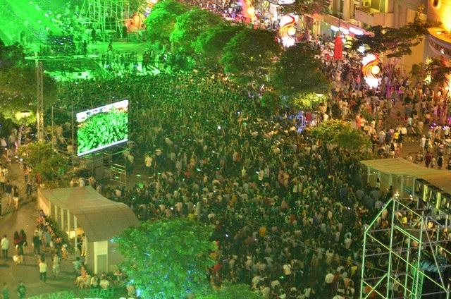 Người dân TPHCM đón mừng năm mới 2017 tại phố đi bộ Nguyễn Huệ (ảnh Đình Thảo)