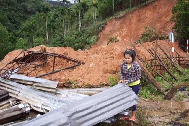 Một ngôi nhà bị sập do sạt lở núi ở huyện Batơ