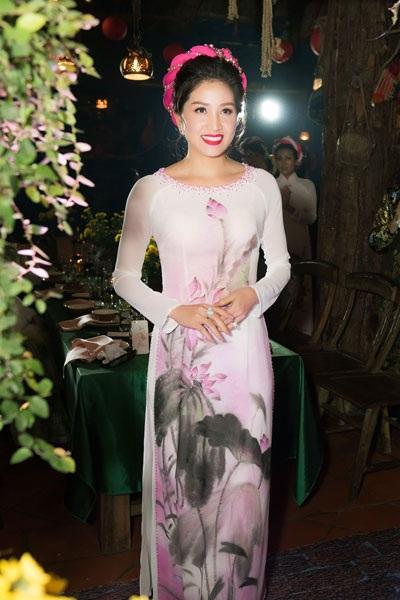 Nhiều người đẹp tham gia trình diễn áo dài của NTK Anh Thư và dạ hội của NTK Tiến Lợi.