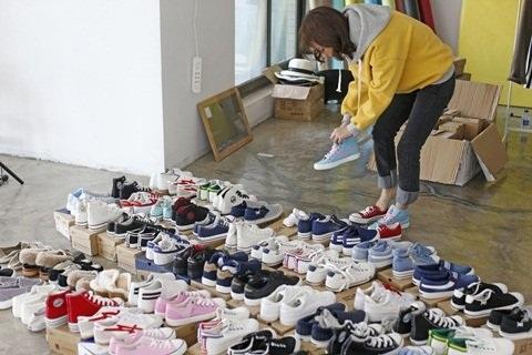 Có lúc cô phải quảng cáo cùng lúc 100 đôi giày