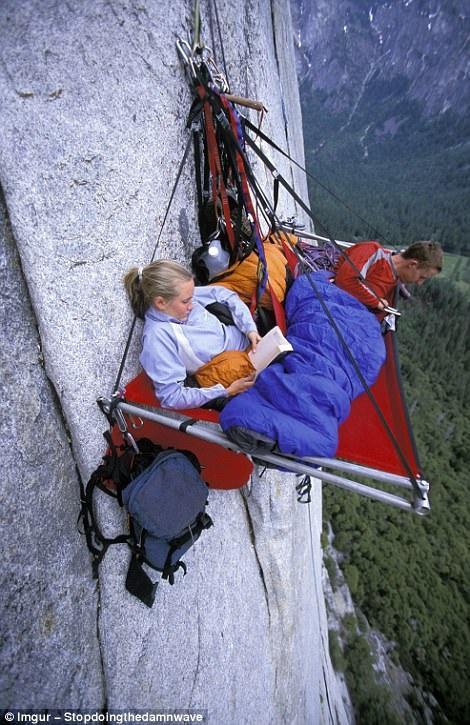 Ngủ trên vách núi đang dần trở thành sở thích của nhiều người. Trong hình là cảnh những người leo núi đang lơ lửng phía trên vách núi El Captain ở Vườn Quốc gia Yosemite của California.