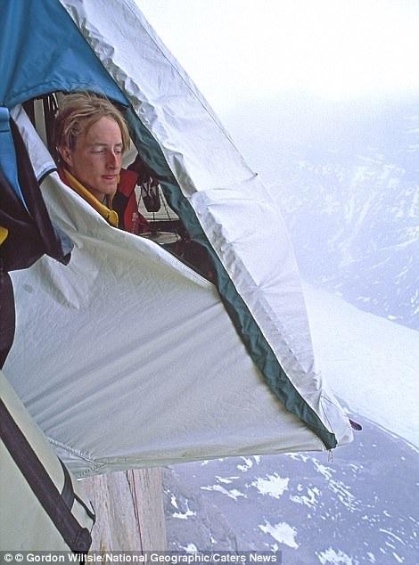 Một nhóm du khách ngủ vắt vẻo trên miệng vực tại đỉnh Great Sail Peak thuộc đảo Baffin của Canada.