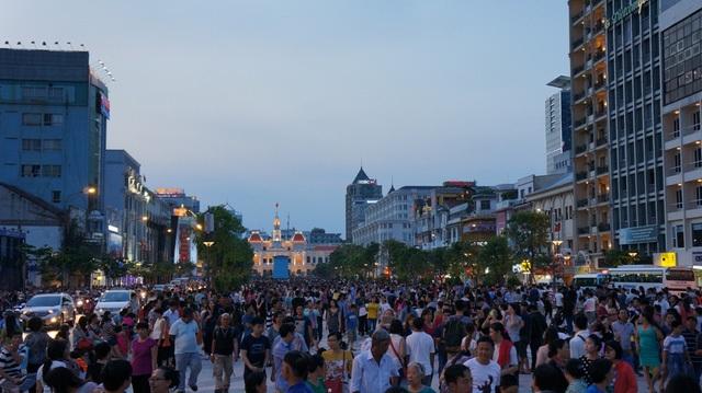 Khi thành phố bắt đầu lên đèn, phố đi bộ Nguyễn Huệ chen đặc người đến dạo chơi, giải trí và mua sắm