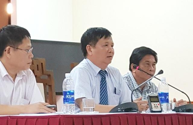 Ông Nguyễn Dung, Phó Chủ tịch UBND tỉnh Thừa Thiên Huế (giữa) cho biết đã hỏi hết ý kiến các cơ quan, ban ngành tại Huế và tất cả đều nói cần di dời ngôi mộ vợ vua