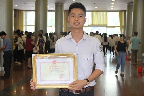 Nguyễn Quang Anh nhận Bằng khen của Bộ trưởng Bộ GD&ĐT tại Lễ tuyên dương HS tiêu biểu Thủ đô năm học 2016 - 2017.