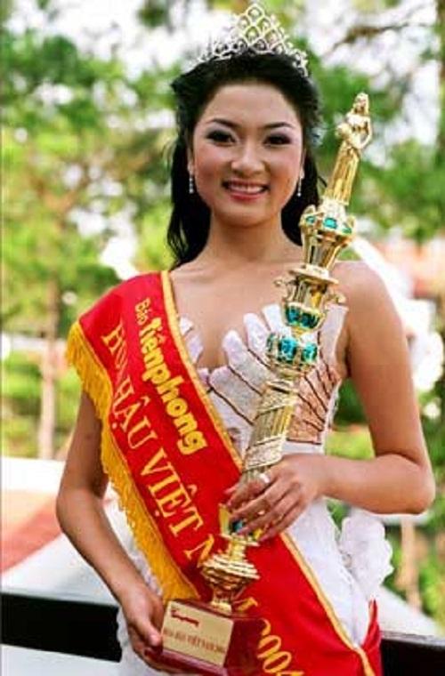 Sở hữu chiều cao vượt trội 1m72 cùng gương mặt đậm chất Á Đông, Nguyễn Thị Huyền đã giành được vương miện Hoa hậu Việt Nam 2004 khi cô đang là sinh viên năm 1 của Phân viện Báo chí và Tuyên truyền. Bên cạnh đó, người đẹp cũng từng đạt được nhiều thành tích ở các đấu trường nhan sắc trong nước và quốc tế: giải Á hậu 1 cuộc thi Hoa hậu Thể thao Việt Nam tổ chức tại Vũng Tàu năm 2001, lọt top 15 cuộc thi Hoa hậu Thế giới (Miss World) được tổ chức tại Trung Quốc năm 2004.