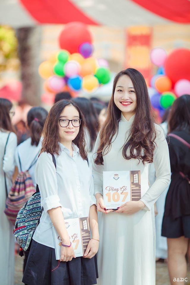 Trên tay Thu Hà và bạn là cuốn sách kỉ niệm dành cho các học sinh THPT Chu Văn An