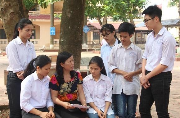 Chiến (thứ hai, từ phải sang trái) thường xuyên trao đổi bài với thầy cô giáo và các bạn.
