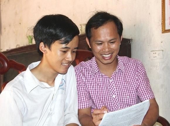 Em Nguyễn Văn Chiến (bên trái) và thầy giáo chủ nhiệm Hà Mạch Đạc.