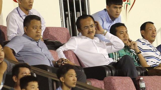 Trưởng BTC giải Nguyễn Minh Ngọc (trái) bị dư luận phê phán sau sự cố trên sân Thống Nhất, trận CLB TPHCM - Long An