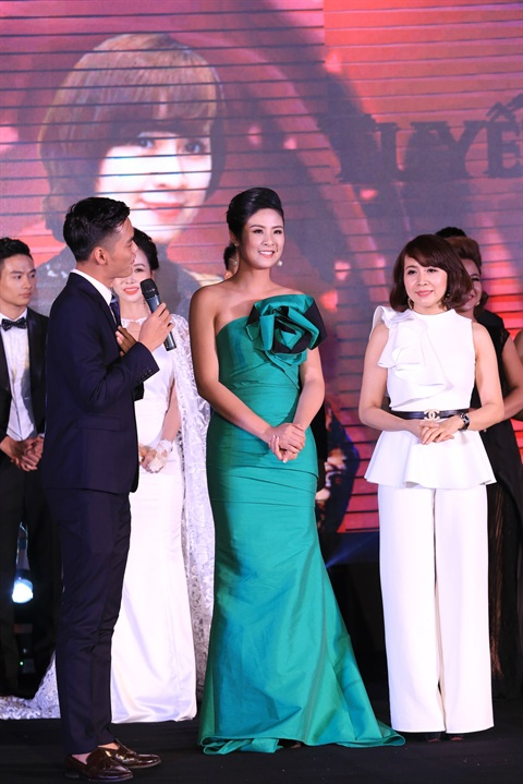 NTK Tuyết Lê (áo trắng) và khách mời Ngọc Hân (váy xanh) tại đêm Deep Fashion show.