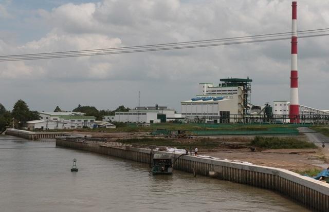 Nhà máy giấy Lee & Man nằm cặp sông Hậu nên nhiều người dân sống gần nhà máy giấy đang lo lắng về nguồn nước sinh hoạt của họ