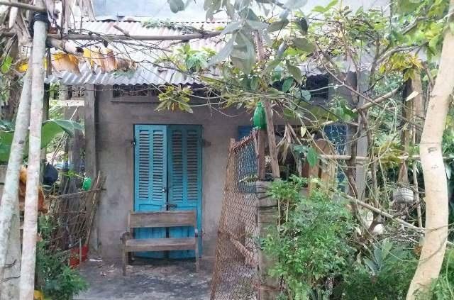 Căn nhà của chị Thảo và anh Quang ở giống một cái chòi, những ngày này hai vợ chồng đều nằm viện nên lấy chiếc ghế cũ, khóa tạm cửa