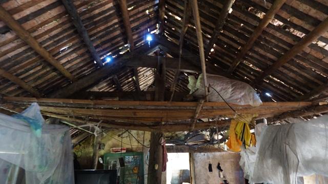 Mái ngói cũ, thủng lỗ chỗ, ngày mưa nước dột ướt cả nhà