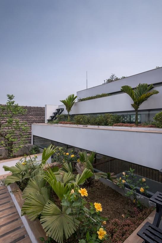 Khác với kiến trúc nhà truyền thống, phần mái ngôi nhà được đổ bê tông hoàn toàn và tạo hình theo dạng bậc thang. Kiểu thiết kế này đã xóa nhòa đi ranh giới giữa trong - ngoài, trên - dưới. Khi nhìn từ bên ngoài, không thấy có sự tách biệt giữa các tầng mà chỉ cảm nhận được một khối liền mạch.