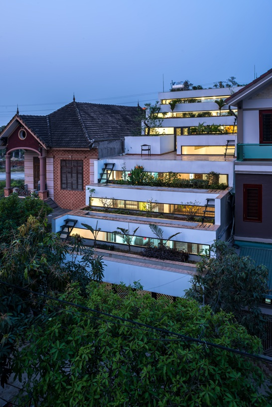 Ngôi nhà luôn thu hút ánh nhìn của bất cứ người nào đi qua. Gia chủ có thể thư giãn, tập thể dục hoặc trồng cây trên mái nhà. Vào các buổi tối, lượng ánh sáng trong nhà tỏa ra càng làm kiến trúc ngôi nhà thêm nổi bật nhưng cũng không thiếu sự ấm áp, dễ chịu.