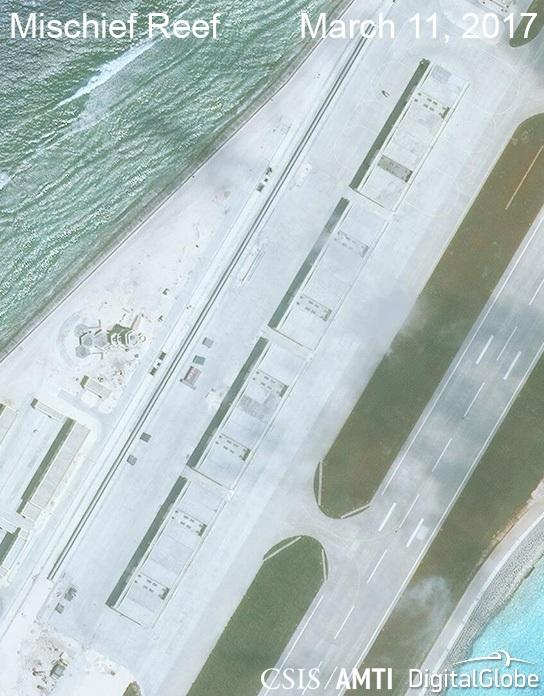 Ảnh vệ tinh ngày 11/3/2017 chụp các nhà chứa máy bay phi pháp của Trung Quốc tại khu vực trung tâm của đá Vành Khăn thuộc quần đảo Trường Sa của Việt Nam (Ảnh: CSIS)