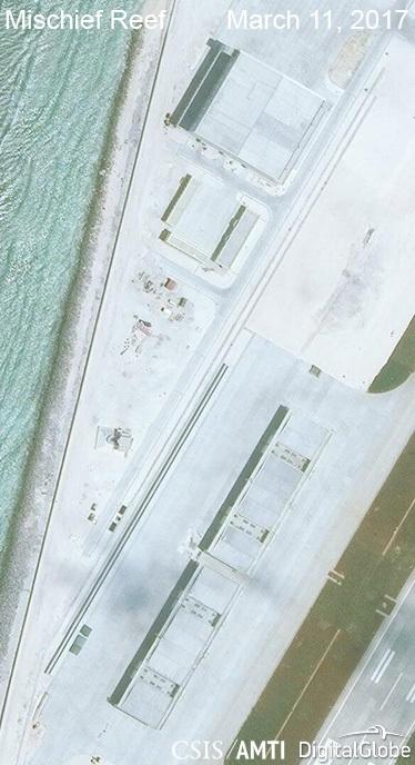 Ảnh vệ tinh ngày 11/3/2017 chụp các nhà chứa máy bay phi pháp của Trung Quốc tại khu vực phía nam của đá Vành Khăn thuộc quần đảo Trường Sa của Việt Nam (Ảnh: CSIS)