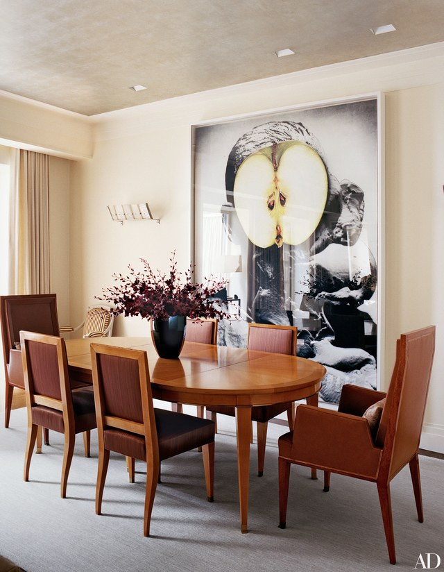 Nhà sản xuất phim lừng danh người Mỹ Brian Grazer có một thiết kế phòng ăn khá thông dụng. Một diện tích phòng không quá lớn cũng không quá nhỏ, cửa sổ lớn giúp tràn ngập khí trời và ánh sáng thiên nhiên cùng bộ bàn ăn phong cách cổ điển với màu gỗ đậm, tất cả những yếu tố trên kết hợp với nhau sẽ đem đến một không gian cực kỳ ấm cúng và thân mật cho những khoảng khắc gia đình quây quần bên nhau.