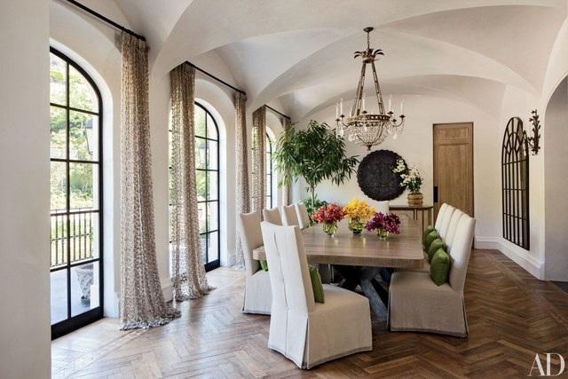 Hình ảnh trên chính là phòng ăn tại biệt thự nằm ở Malibu của nam diễn viên điển trai Patrick Dempsey. Cấu trúc của căn phòng này có lẽ sẽ phù hợp cho một buổi tiệc tiếp khách quý hơn là bữa ăn thân mật trong gia đình.